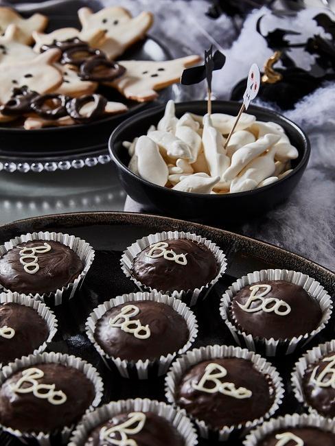 Muffins auf Servierplatte in Schwarz