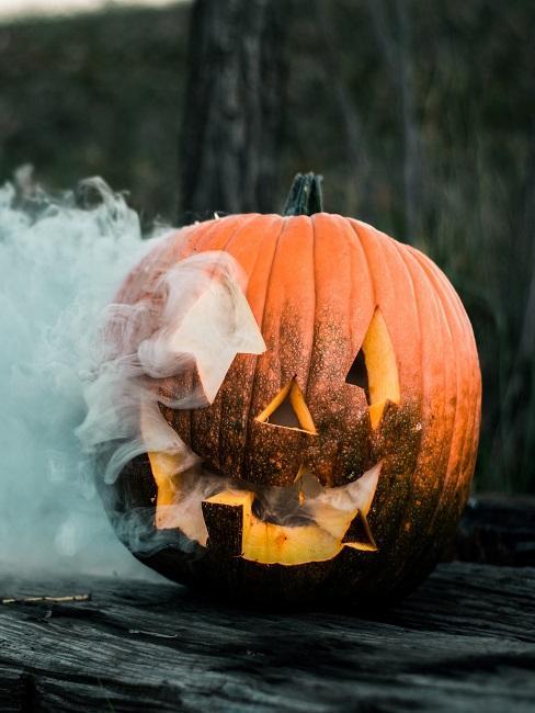 Geschnitzter Kürbis mit Rauch