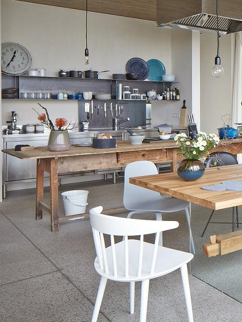 Offene Küche im Industrial Style mit Küchentresen aus Holz