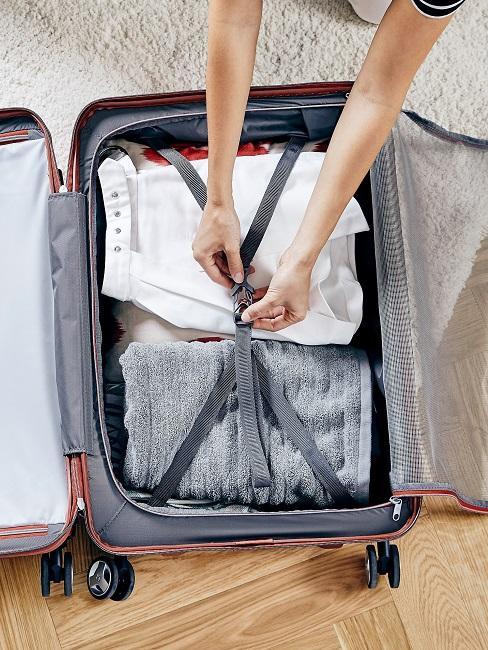 Frau schließt Koffer
