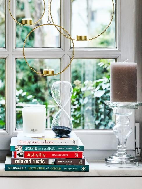 Metallringe und Kerzen als Herbstdeko für die Fensterbank