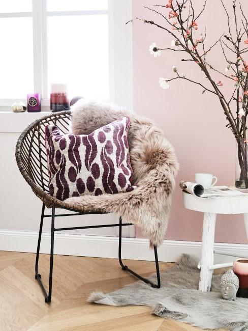 Herbstdeko im Fenster mit Stuhl, Kissen und Fell