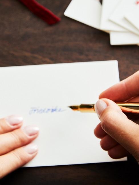 Frau schreibt Weihnachtskarte