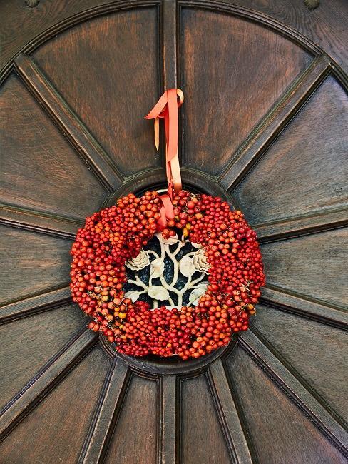 Roter Kranz aus Beeren an einer Haustür