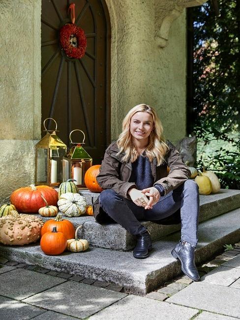 Delia Lachance vor ihrer Eingangstür