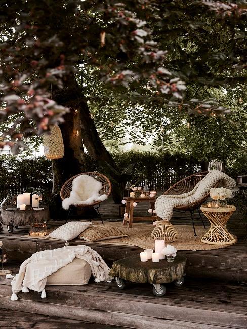 Boho Stühle auf einer Terrasse unter Bäumen