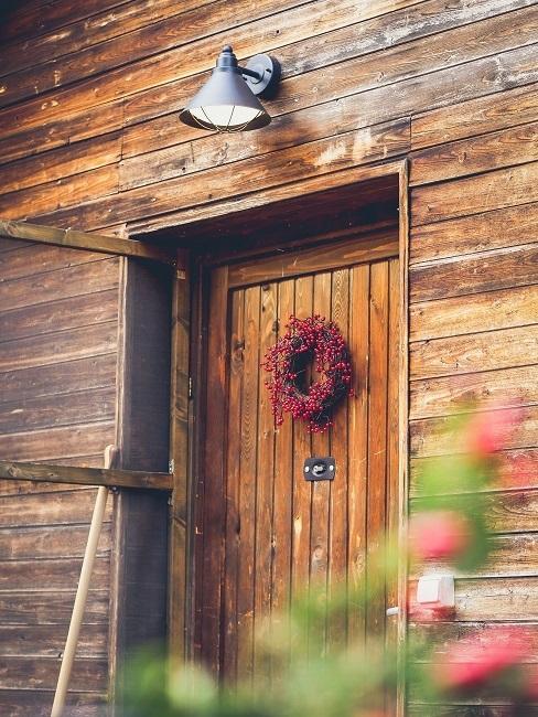 Holztür mit einem Kranz