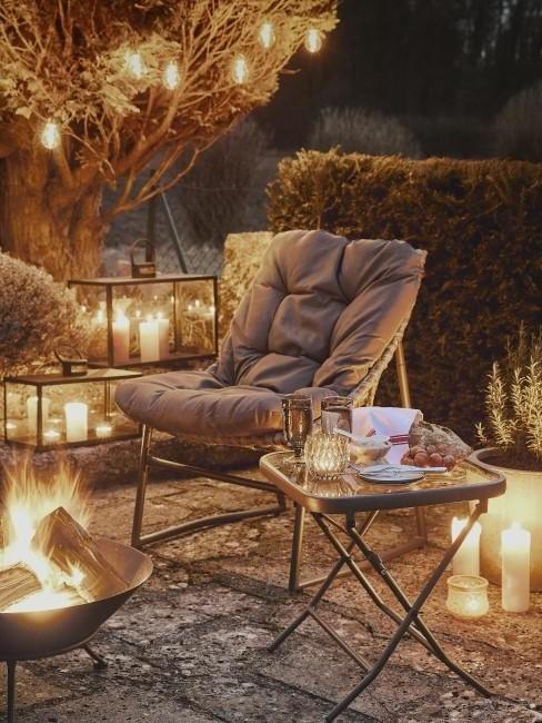 Herbstdeko für draußen mit Kerzenlicht und Feuerschale