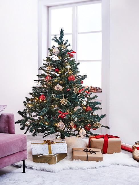 Tannenbaum mit roter Deko