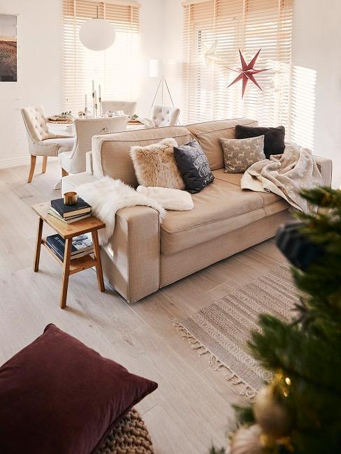 Weihnachtliches Wohnzimmer in Beige-Weiß