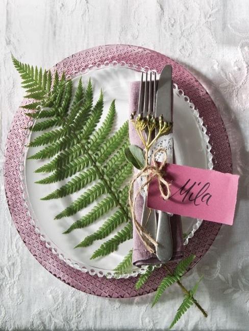 Einfache Tischdeko Lila Teller Blatt Serviette