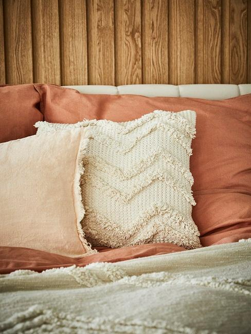 Kissen auf dem Bett