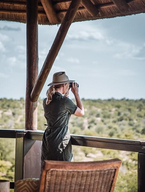 Frau mit Fernglas auf einem Aussichtsturm