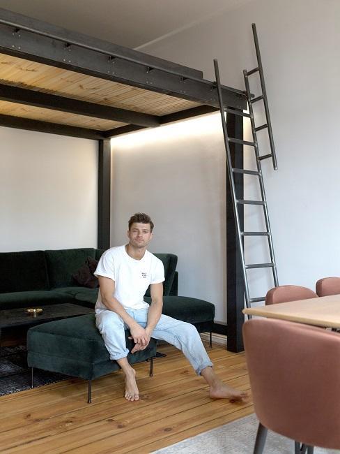 Eugen Bauder auf Sofa Hochbett im Wohnzimmer