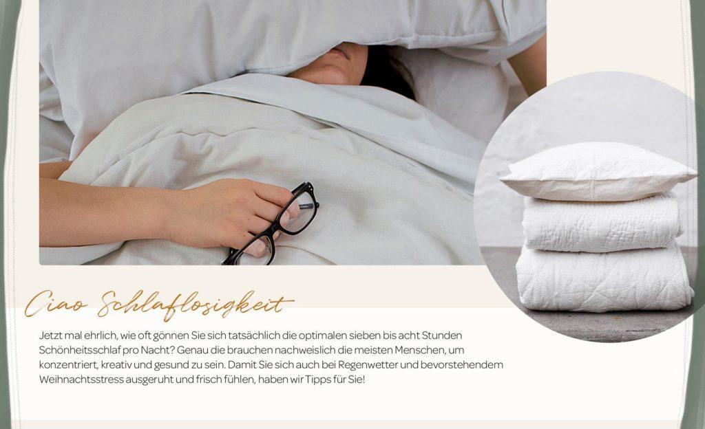 Weiße Bettwäsche und gestapelte Kopfkissen