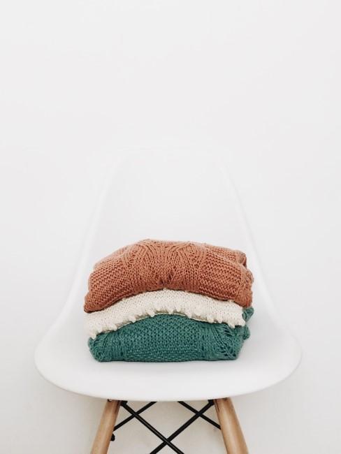 Gewaschene Wäsche auf weißem Stuhl