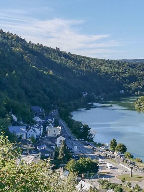 Bild einer Natur mit Ausblick auf einen Fluss