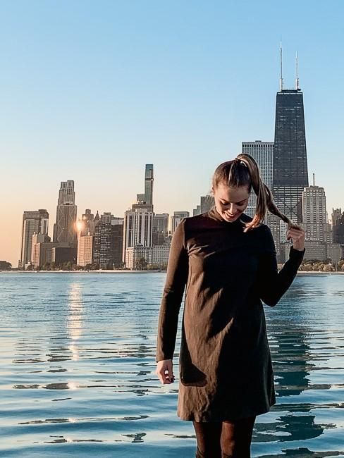 Frau vor dem Chicago Lake Michigan