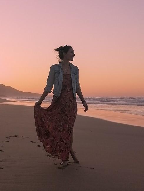 Frau am Strand bei Sonnenuntergang