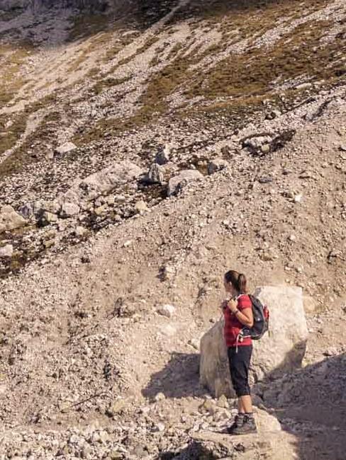 Frau auf steinigem Berg am wandern