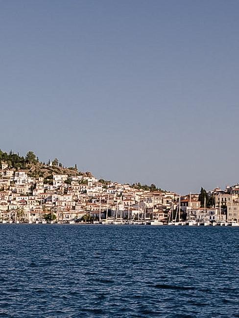 Kleine Stadt in Griechenland am Meer