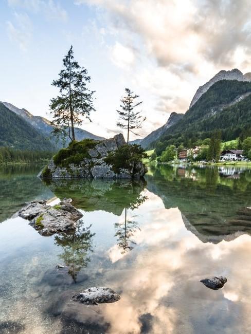 Hintersee in Bayern spiegelt sich im Wasse
