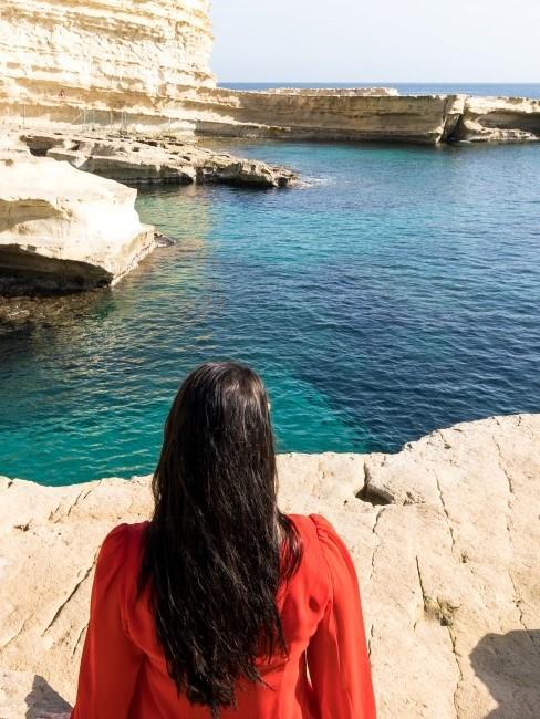 Frau mit dunklem Haar am Meer