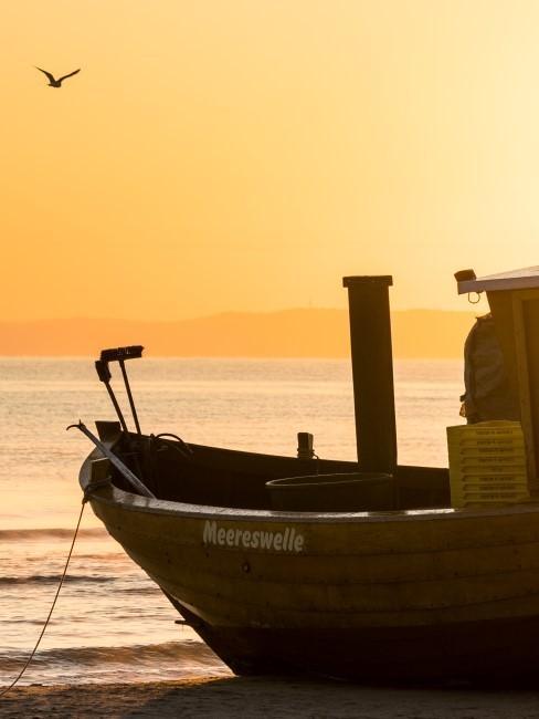 Boot im Meer vor Sonnenuntergang
