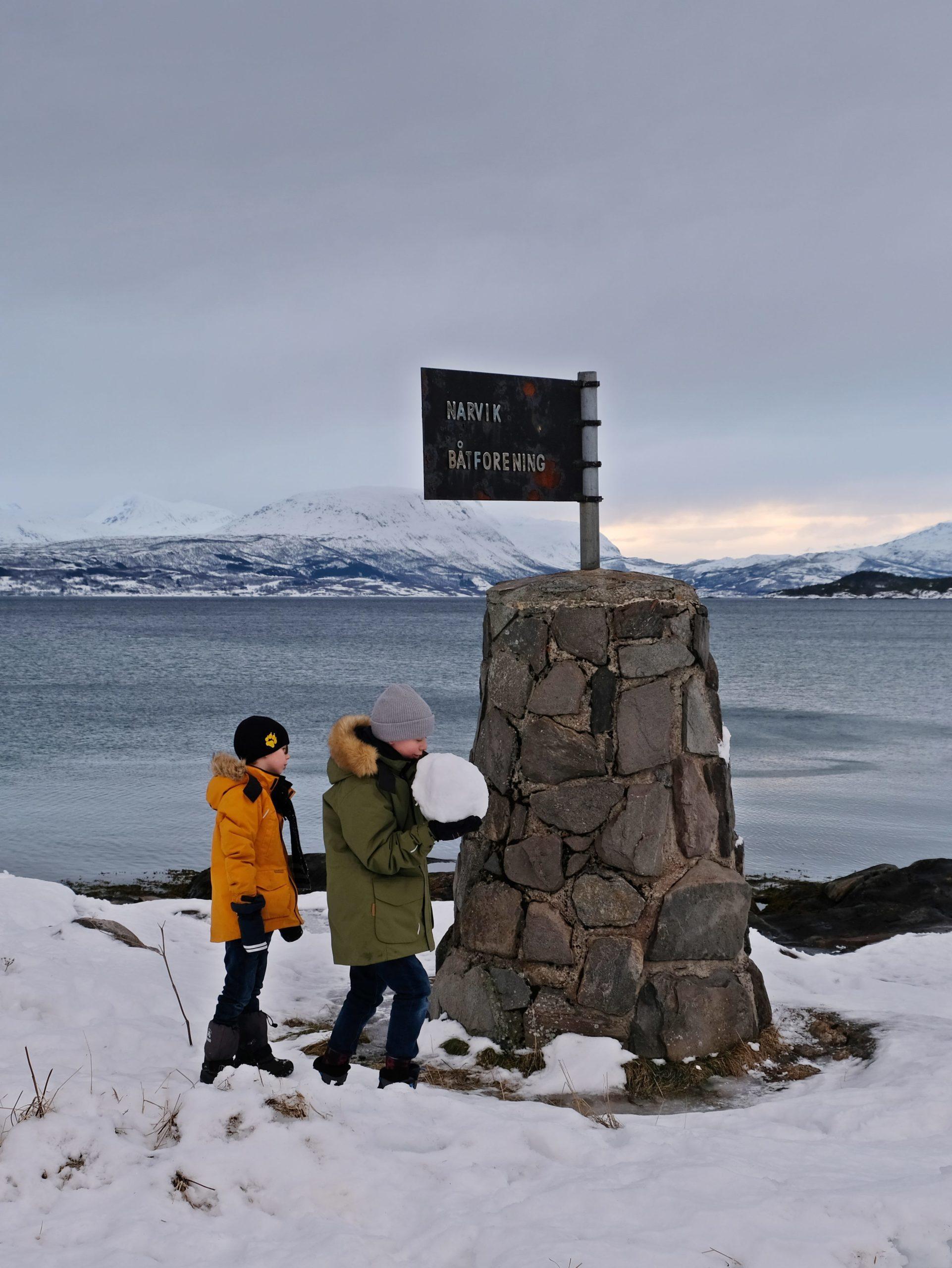 Zwei Kinder vor Meer auf Schnee
