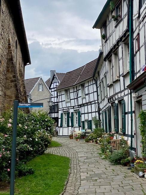 Kleine Straße mit schönen Häusern