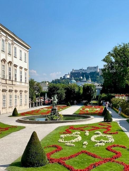 Schöner Garten vor hellem Haus
