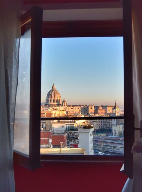 Ausblick aus einem Fenster auf den Vatikan