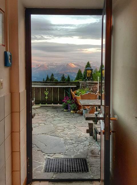 Ausblick auf eine Terrasse bei Sonnenaufgang