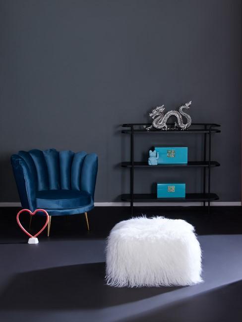 Weißer Sitzwürfel mit Fell Überzug steht in dunklem Raum