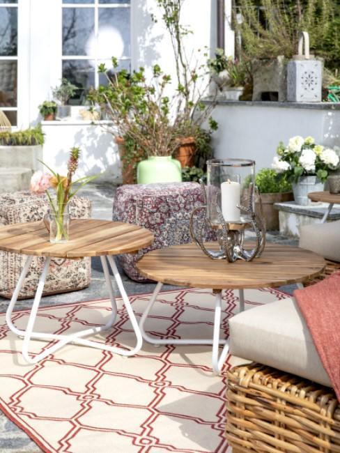 Sitzwürfel stehen auf einer Terrasse draußen
