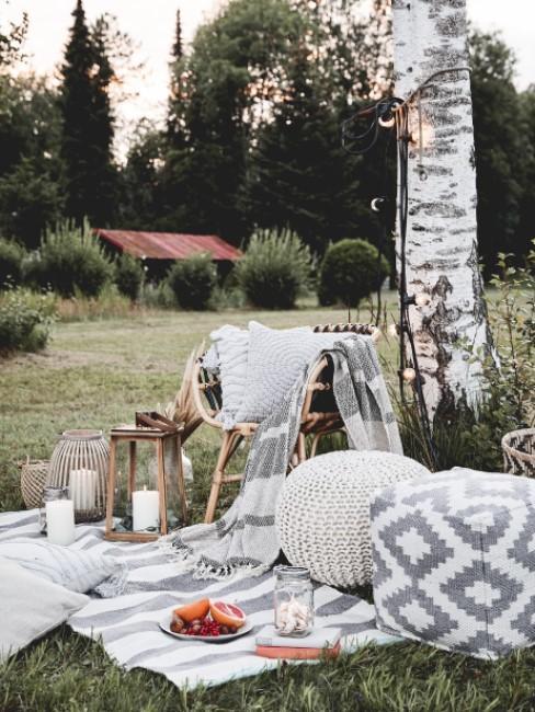 Sitzwürfel stehen für ein Picknick draußen