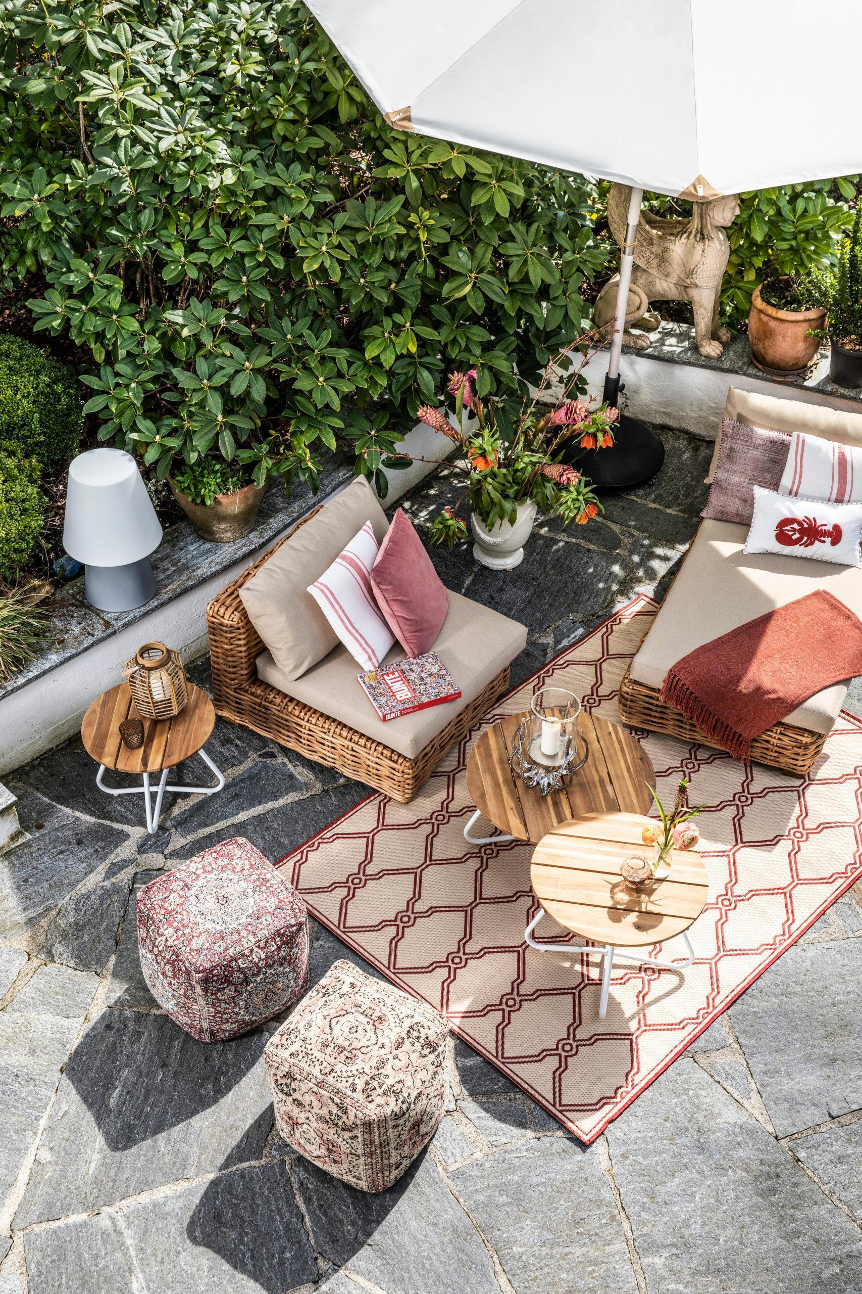Sitzwürfel auf der Terrasse von oben fotografiert