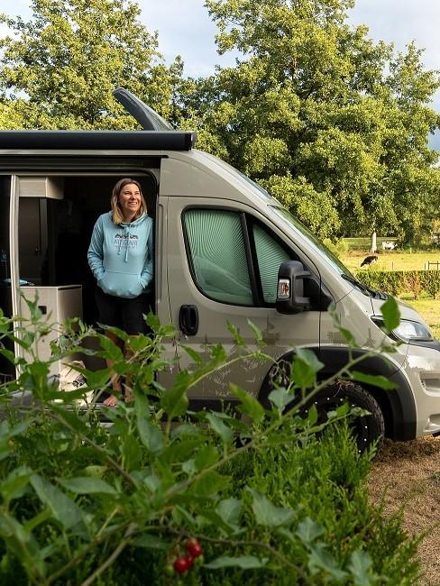 Frau in Campingvan