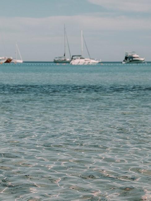 Meer mit weißem Boot
