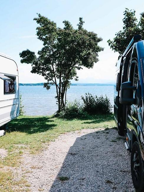 Camper und Wohnwagen am Wasser