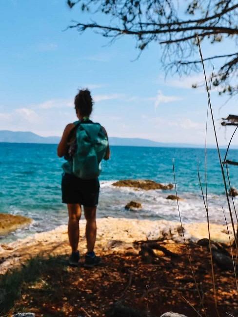 Frau von hinten am Meer stehend