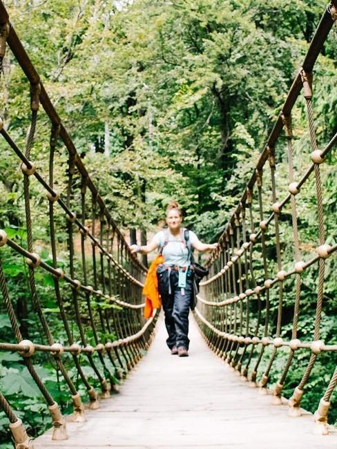 Frau auf langer Hängebrücke