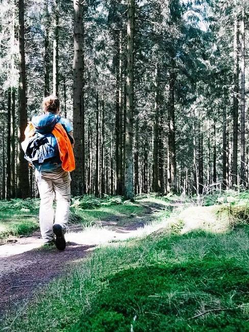 Frau im Wald spazierend