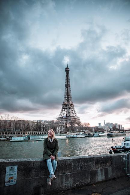 Frau vor Eifelturm in Paris