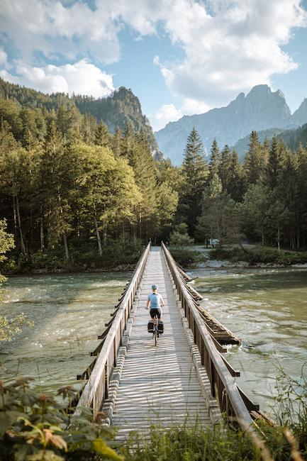 Fahrradfahrer auf Brücke über Wasser