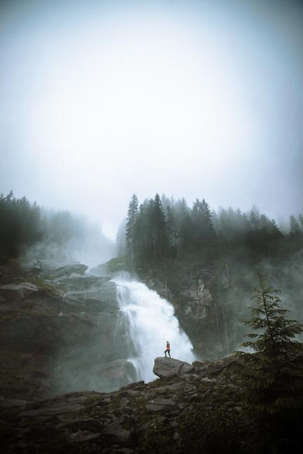 Neblige Berglandschaft mit Mensch