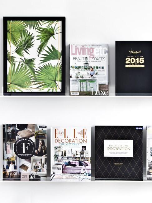 Bilderleiste dekorieren mit Büchern, Zeitschriften und Bilderrahmen