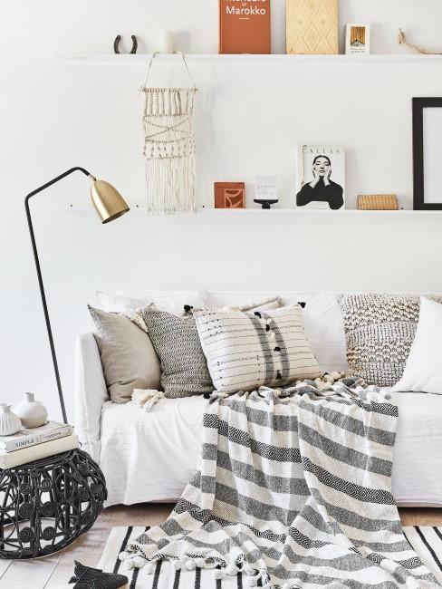 Bilderleiste hängt über Sofa im Wohnzimmer