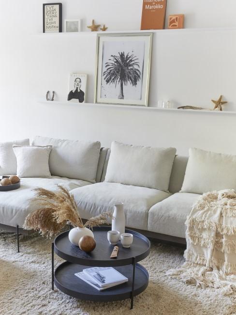 Bilderleisten hängen im Wohnzimmer über dem Sofa