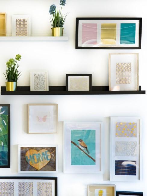 Bilderleiste dekorieren mit Bilderrahmen und übereinander